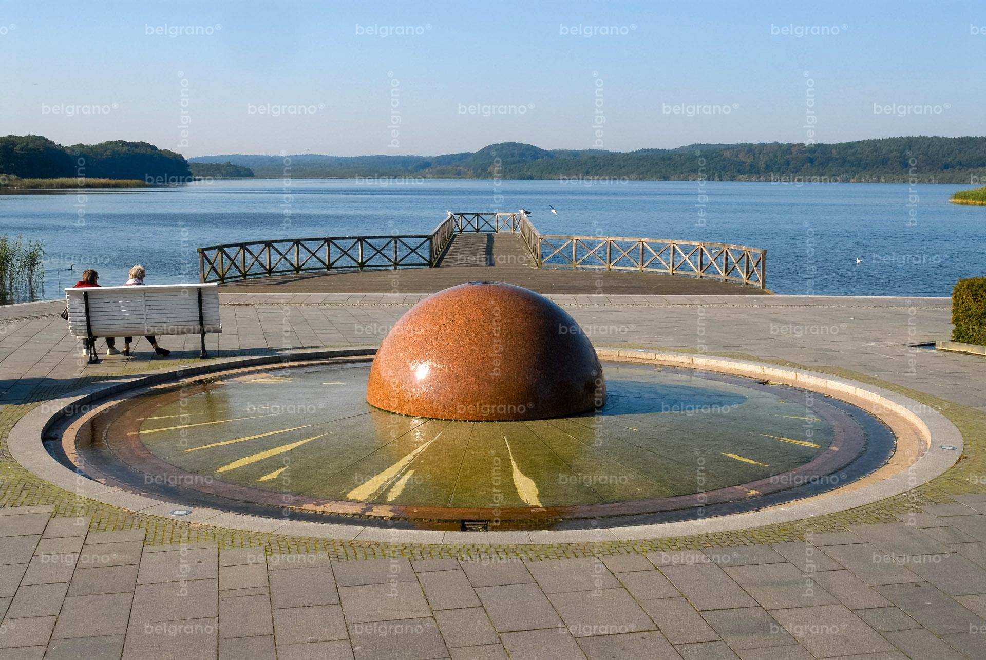 Binz Schmachter See Promenade mit belgrano® Naturstein Außenanlagen und einem Brunnen und Wasserspiel aus Granit