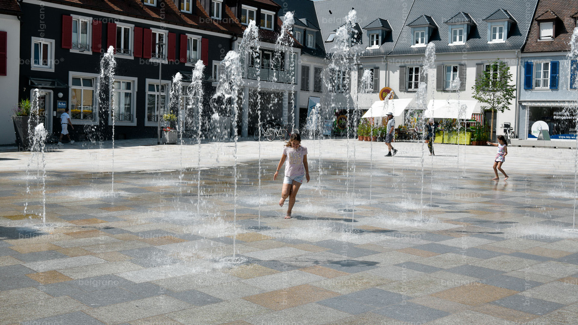 Marktplatz Breisach mit einem Naturstein Wasserspiel und Bodenbelägen aus belgrano® Granit