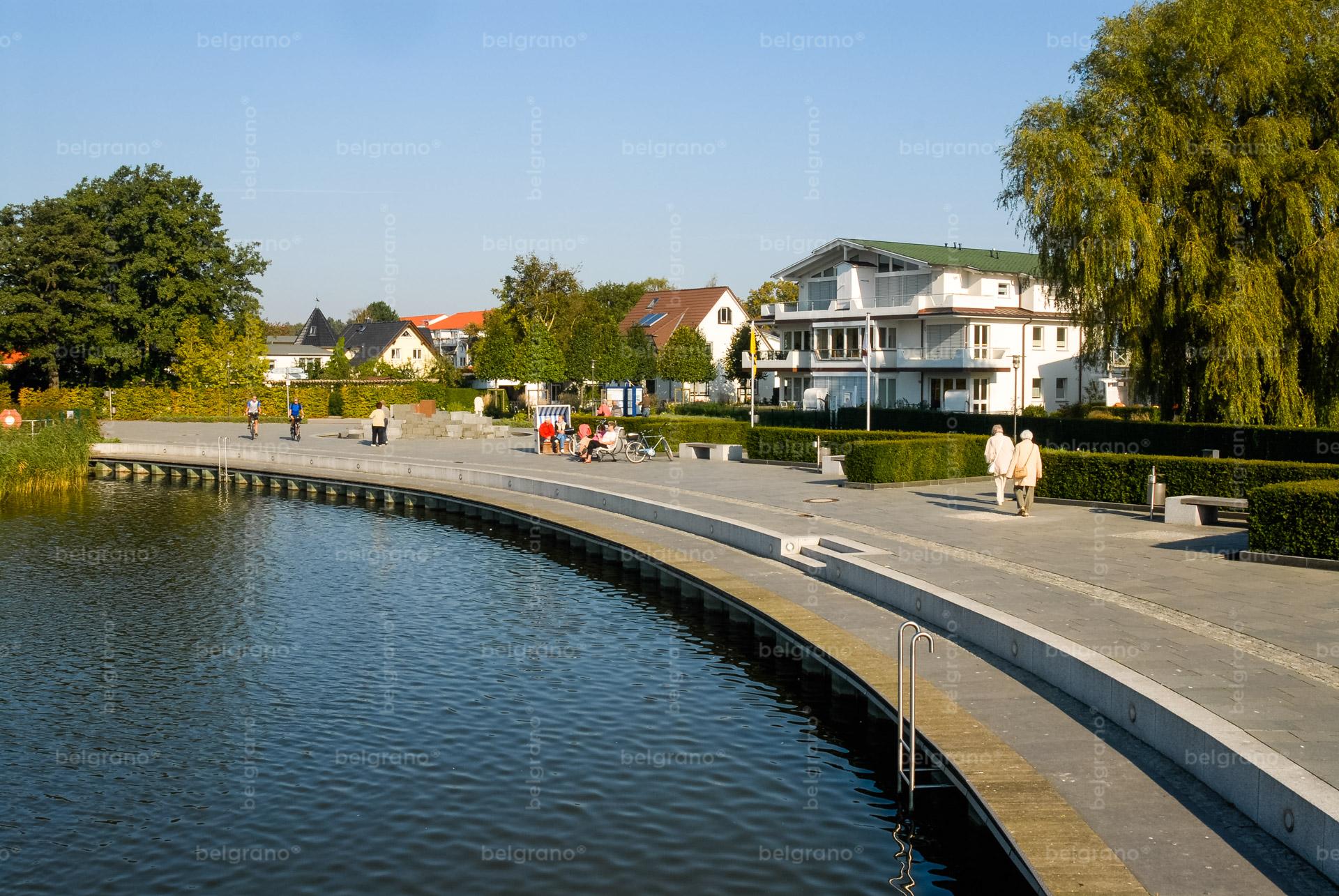 Binz Schmachter See Promenade mit belgrano® Naturstein Außenanlagen, Bodenplatten, einem Wasserspiel und Blockstufen