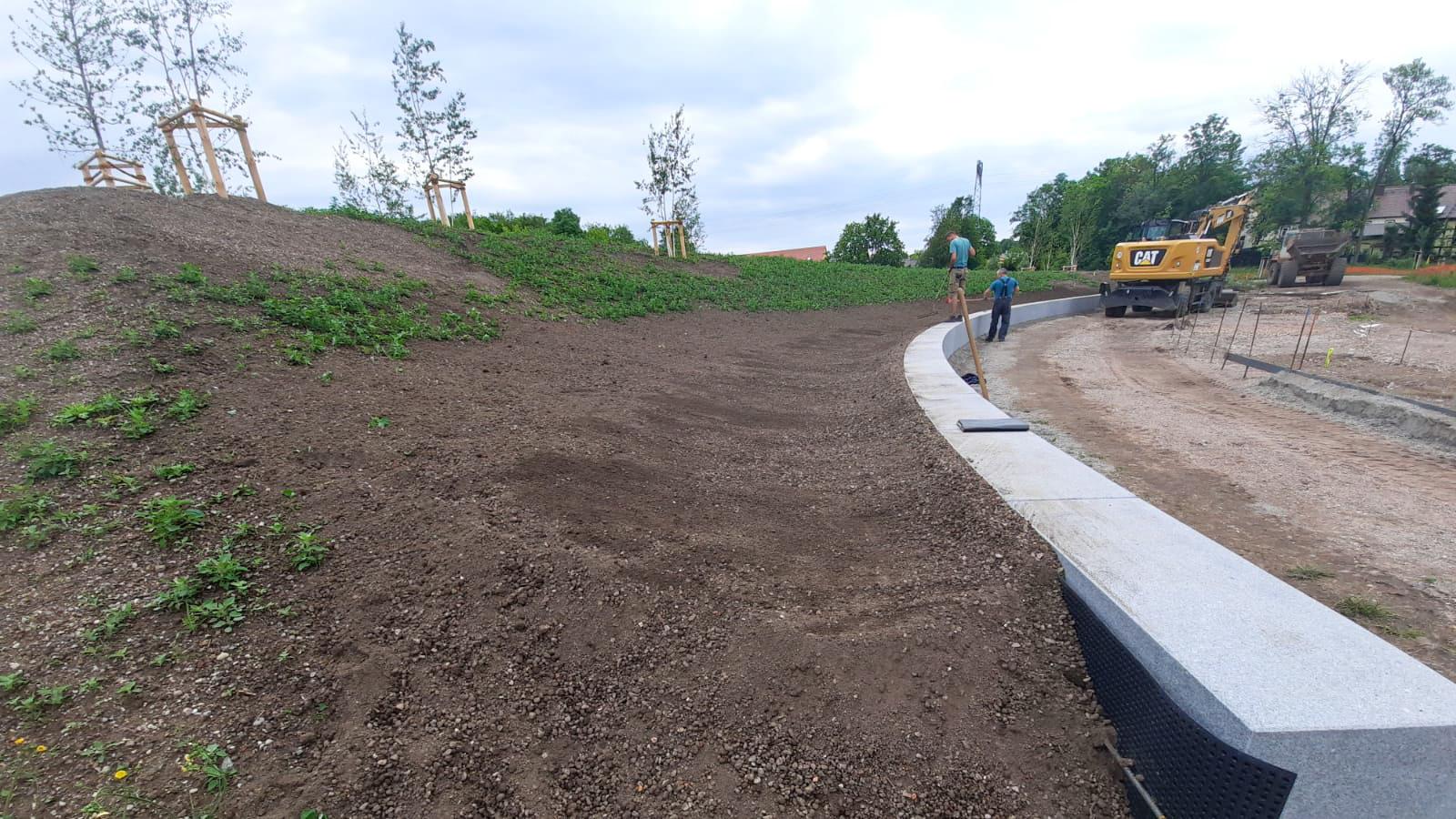 Baustelle BUGA Erfurt- die Naturstein Sitzelemente aus belgrano® Granit werden eingebaut