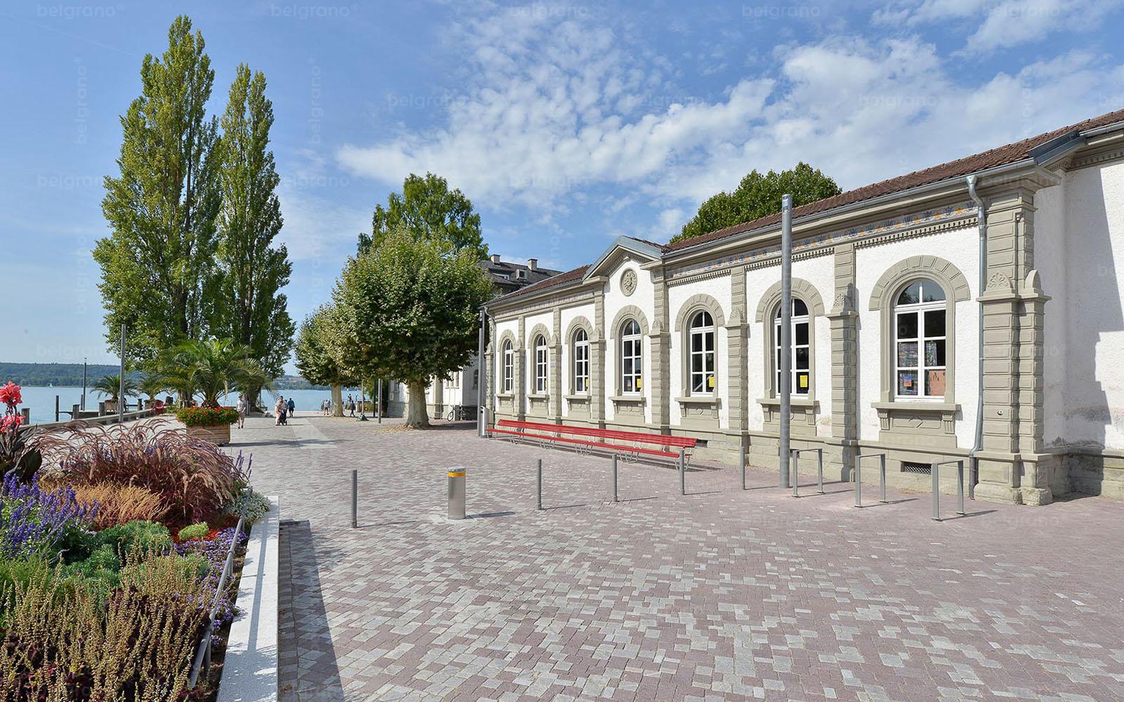 Landesgartenschau in Überlingen - Uferpromenade mit mehrfarbigen belgrano® Natursteinpflaster aus Granit und Porphyr und Bodenplatten aus Granit